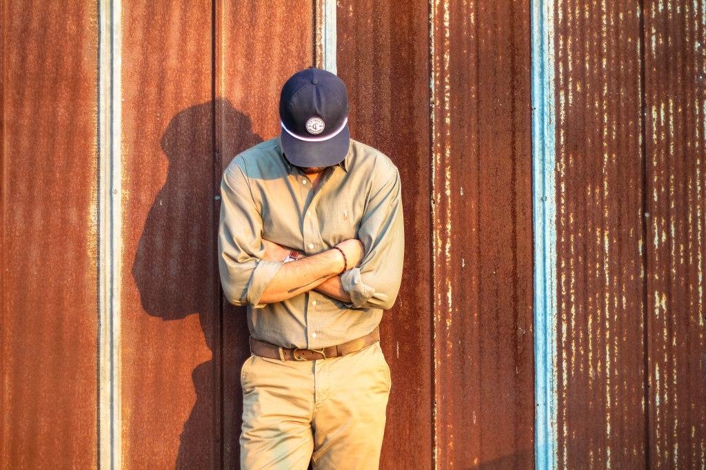 barn head down_